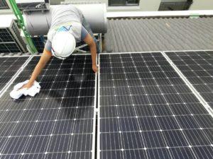 Nhân viên Solar A châu Vệ sinh bề mặt tấm pin